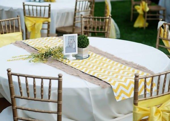 tischdeko mit tischläufer als coole hochzeitsdeko idee in gelb