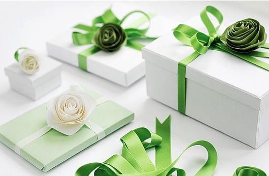 geschenk originell und schön verpacken in weiß und grün