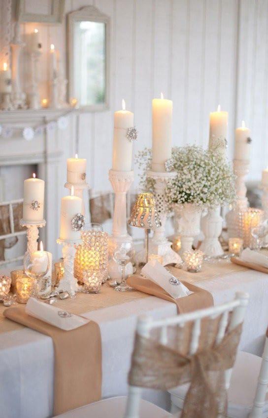 weihnachtsdeko idee mit weißen kerzen und kerzenhalter und tisch eindecken mit stoffservietten beige
