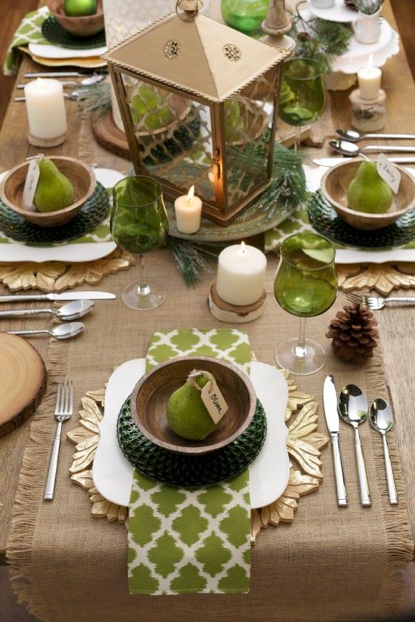 coole tischdeko idee zum tisch eindecken in grün und beige mit grünen tellern und weingläsern