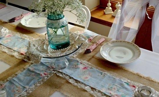 tisch decken mit diy tischl ufer aus rupfen stoff und spitzen freshouse. Black Bedroom Furniture Sets. Home Design Ideas