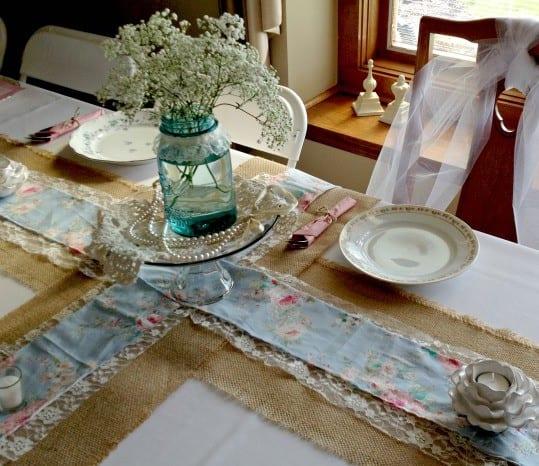 Zum Dekorieren des DIY Tischläufers das Garn zurechtschneiden