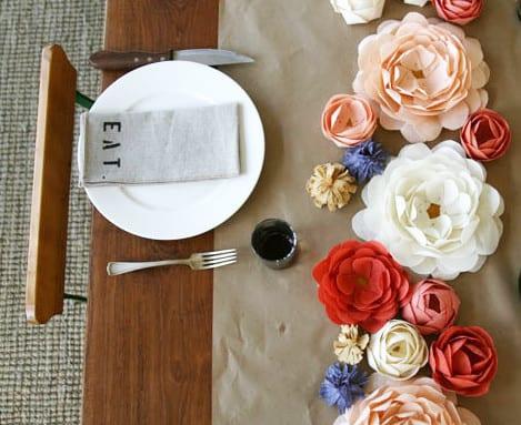 tisch eindecken mit tischdecke aus papier und Papier-blumen