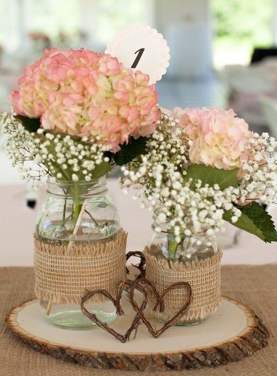 decorar ouro branco:tisch decken mit rupfen-tischläufer und tischdeko mit holz und blumen