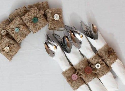 tisch kreativ eindecken mit besteck und coole idee zum servietten falten