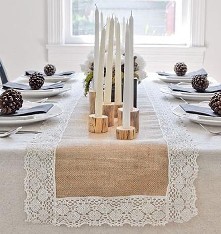 weihnachtstischdeko idee mit diy Kerzenhalter aus holz und zapfen als tellerdeko
