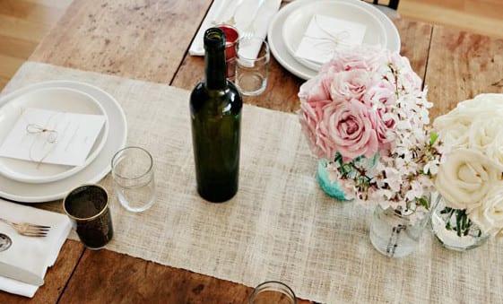 tisch elegant eindecken mit tischläufer aus sackleinen und weißen tellern