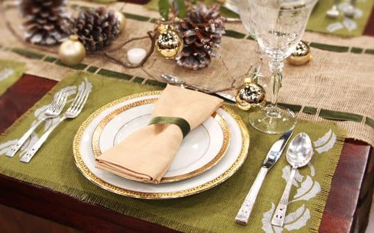 tisch eindecken in grün und gold mit sackleinen