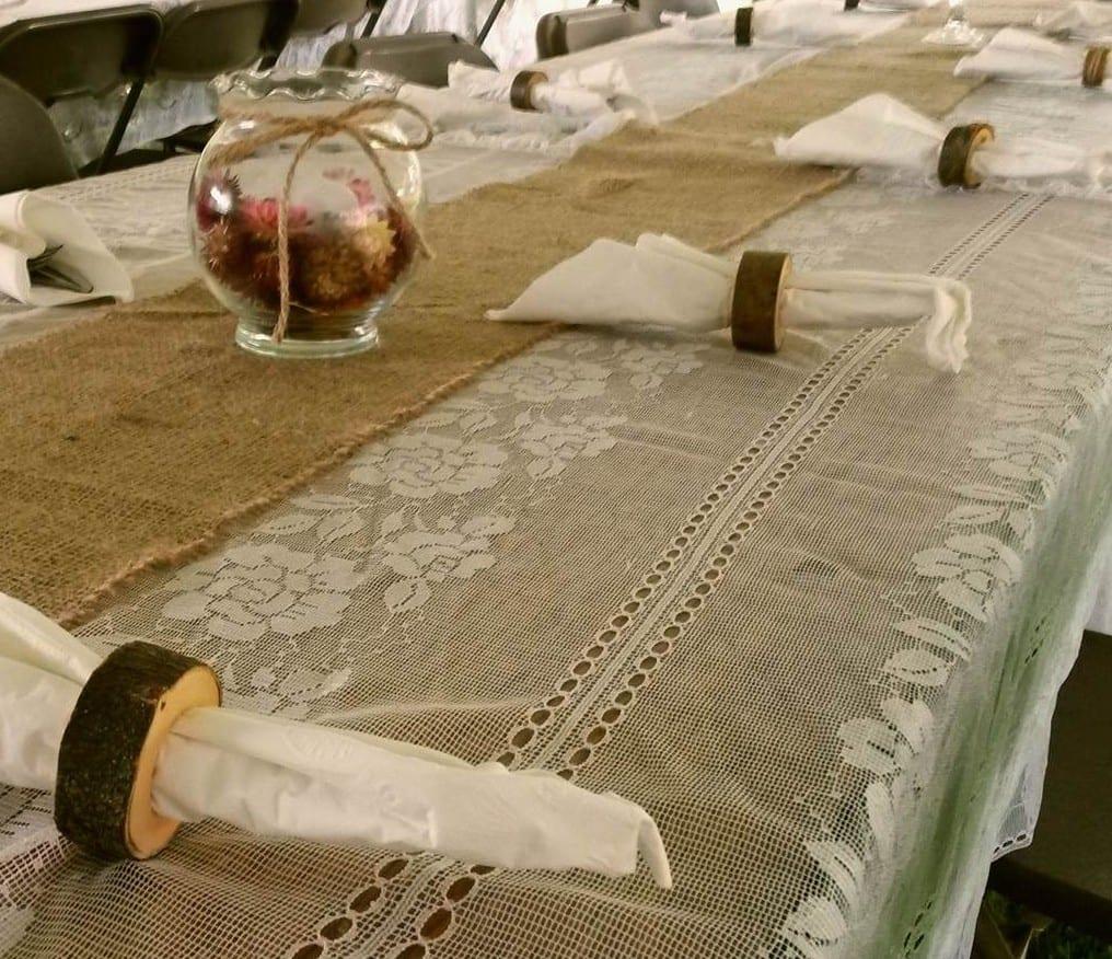 tisch eindecken mit gardinen-tischdecke und sackleinen-tischläufer