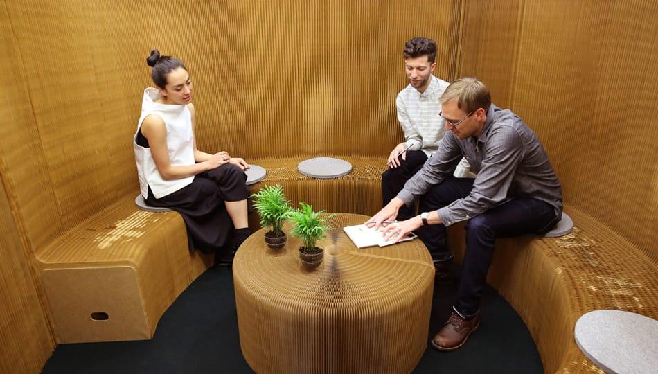 kreative raumgestaltung und raumteilung mit runder sitzbank und couchtisch rund aus papier