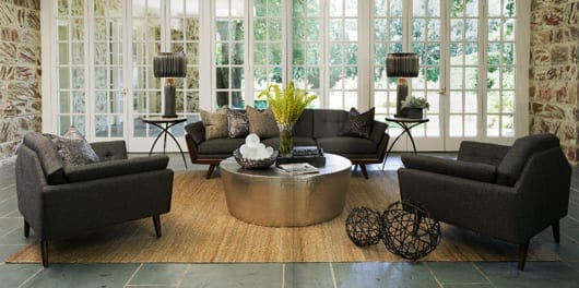 elegantes wohnzimmer design mit lounge sessel grau und designer sofa grau und couchtisch rund aus messing