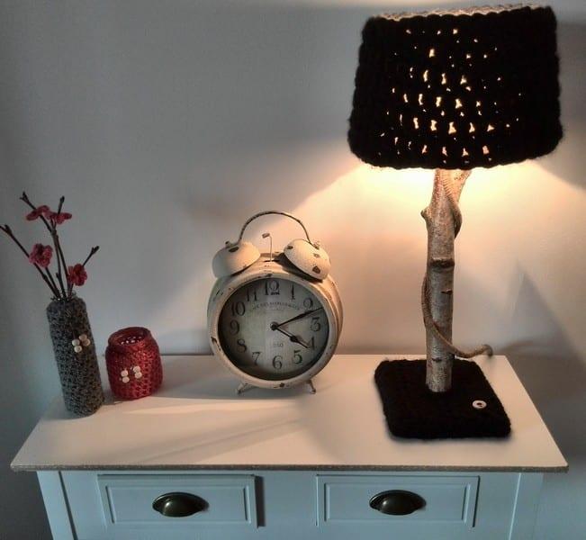 sideboard weiß dekorieren mit DIY zweig-Tischlampe und glasgefäsen