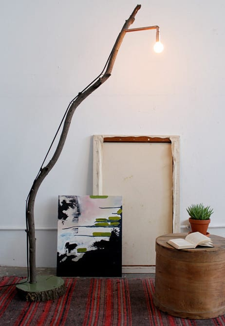 wohnzimmer design kreativ gestalten mit DIY Stehlampe aus Zweig und couchtisch rund aus holz
