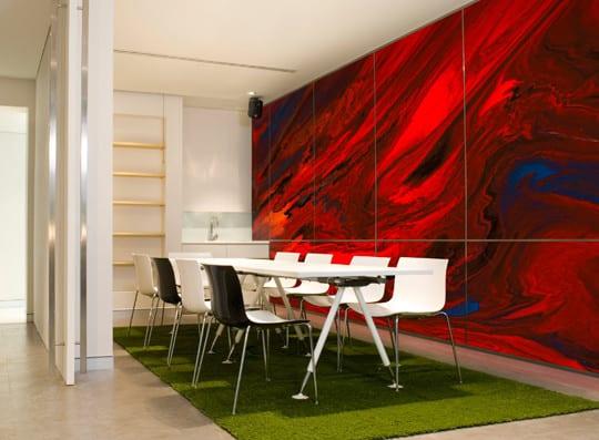 kreative wandgestaltung wohnzimmer mit roten wandpaneelen_wohn esszimmer ideen mit kleiner küche weiß und esszimmertisch mit stühlen in weiß
