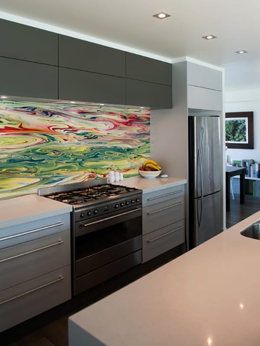 moderne küche weiß mit weißen und grauen küchenschränken und kreative wandgestaltung mit bedrücktem küchenspritzschutz