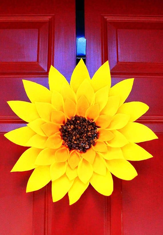rote eingangstür mit DIY-Sonnenblume aus Filz dekorieren