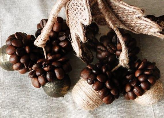 kreative bastelideen weihnachten_Weihnachtsdeko mit Eicheln aus Kaffeebohnen selber machen