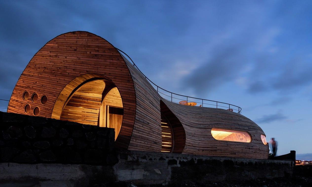 moderner holzbau mit runden formen aus holz bauen_cella restaurant bar mit Dachterrasse und rundem eingang