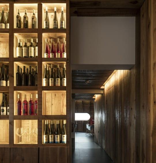 restaurant bar interior design aus holz_moderner wandregal aus holz bauen und mit interekter beleuchtung gestalten