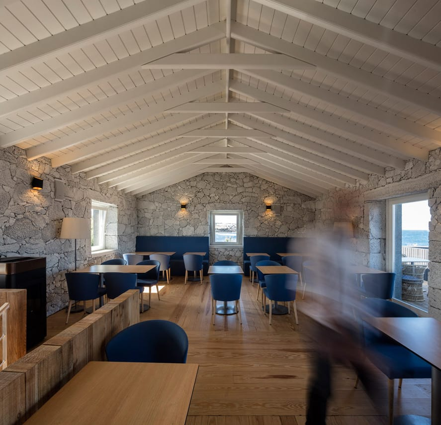 restaurant bar interior design mit holzboden und mauerwänden_weiß gestrichene holzdecke und blauen gatronomiemöbel