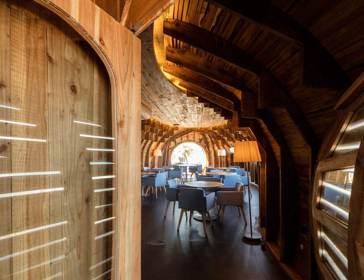 restaurant bar aus holz bauen mit gerundete decke und sichtbaren holzkonstruktion