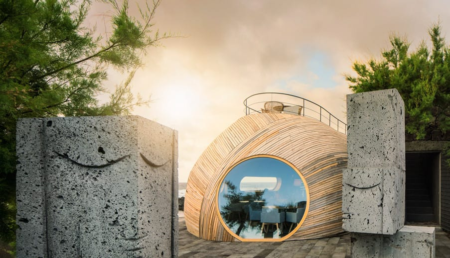 moderner kugel-holzbau mit großem rundfenster