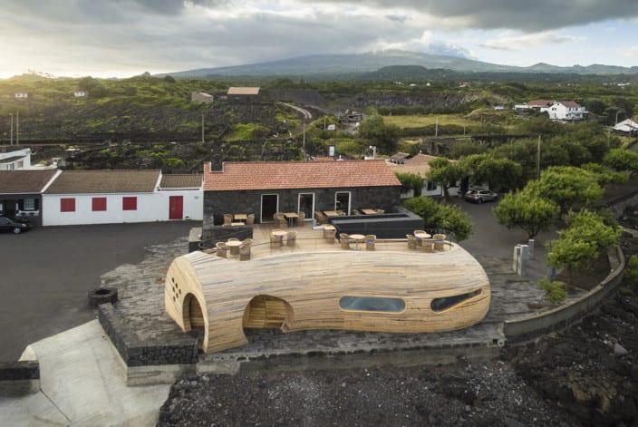 restaurant bar aus holz bauen mit gerundeter zylinderform_moderne architektur aus holz
