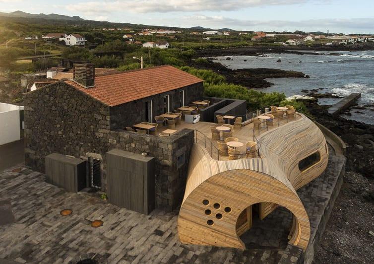 traumhaus und restaurant bar mit dachterasse aus holz bauen_moderne architektur und gerundete formen aus holz