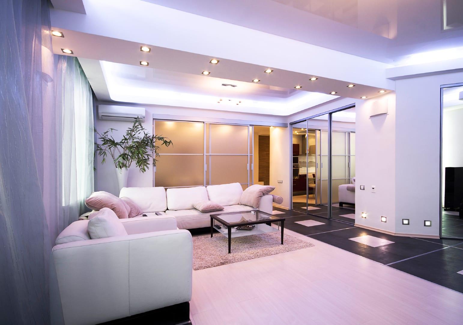 wohnzimmer design weiß mit lederecksofa und couchtisch schwarz_licht idee für beleuchtung wohnzimmer mit wand- und deckenleuchten