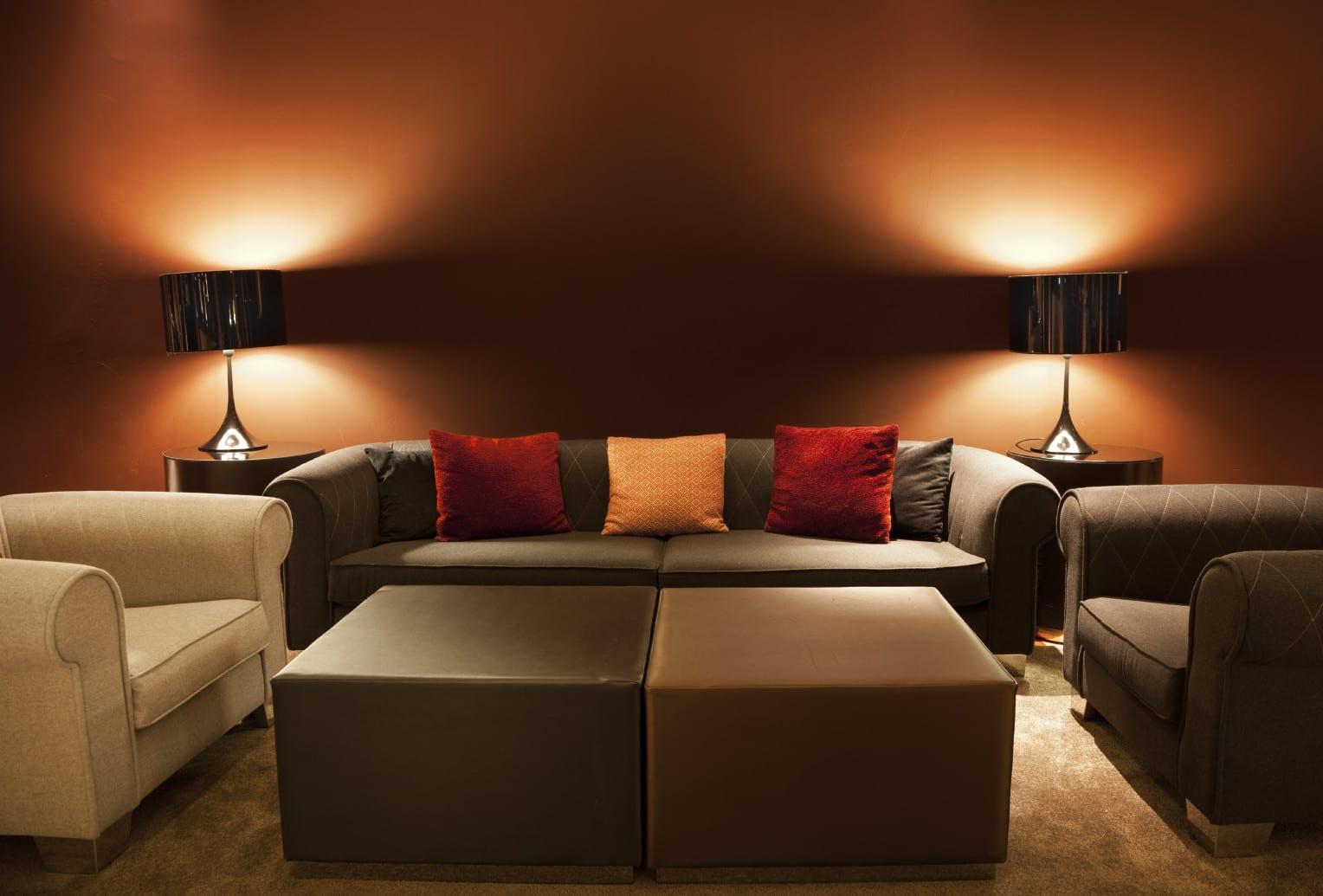 wohnzimmer design in braun mit wandfarbe braun_wohnzimmer einrichten mit ledersofa und seats in braun und weiß und runden beistelltischen mit tischlampen rund aus metall für akzentbeleuchtung