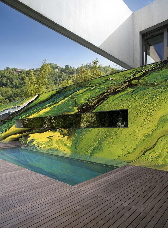 holzterrasse mit pool kreativ gestalten durch wandgestaltung mit farbe
