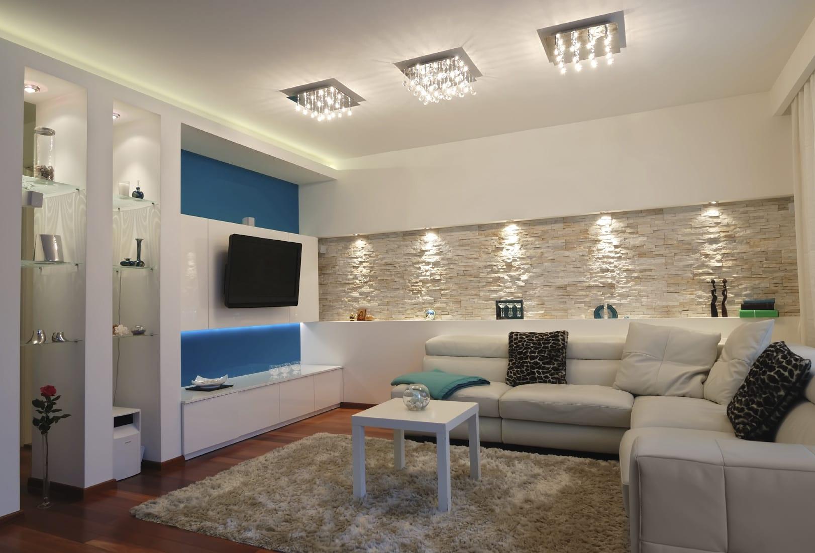 farbgestaltung wohnzimmer ideen in weiß und blau für modernes wohnzimmer design und coole licht idee mit akzentleuchten