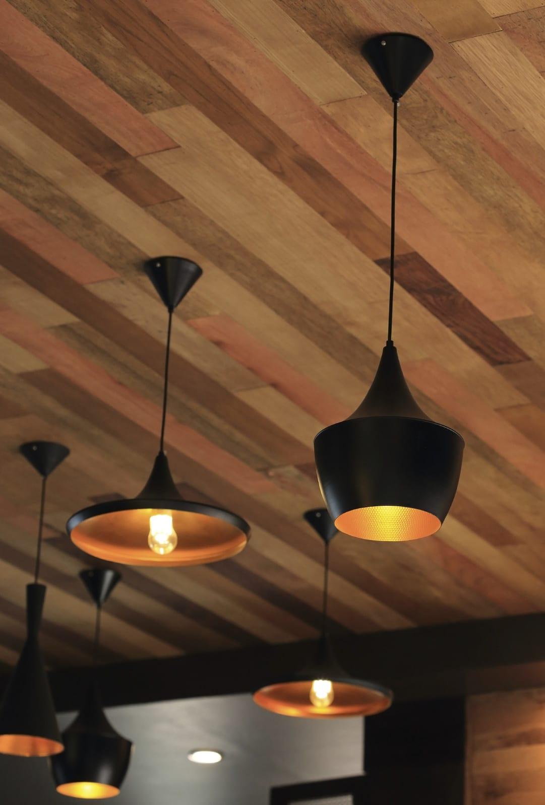 wohnzimmer ideen für beleichtung wohnzimmer mit modernen pendellampen schwarz und deckengestaltung mit holz