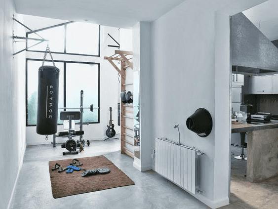 fitnes gym zu hause einrichten mit Boxsack und Schprossenwand