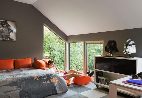 Kinderzimmergestaltung Mit Wandfarbe Grau Und Kinderzimmer Einrichten Mit  Weisem Kommode Auf Rollen Und Teppich Kinderzimmer Grau