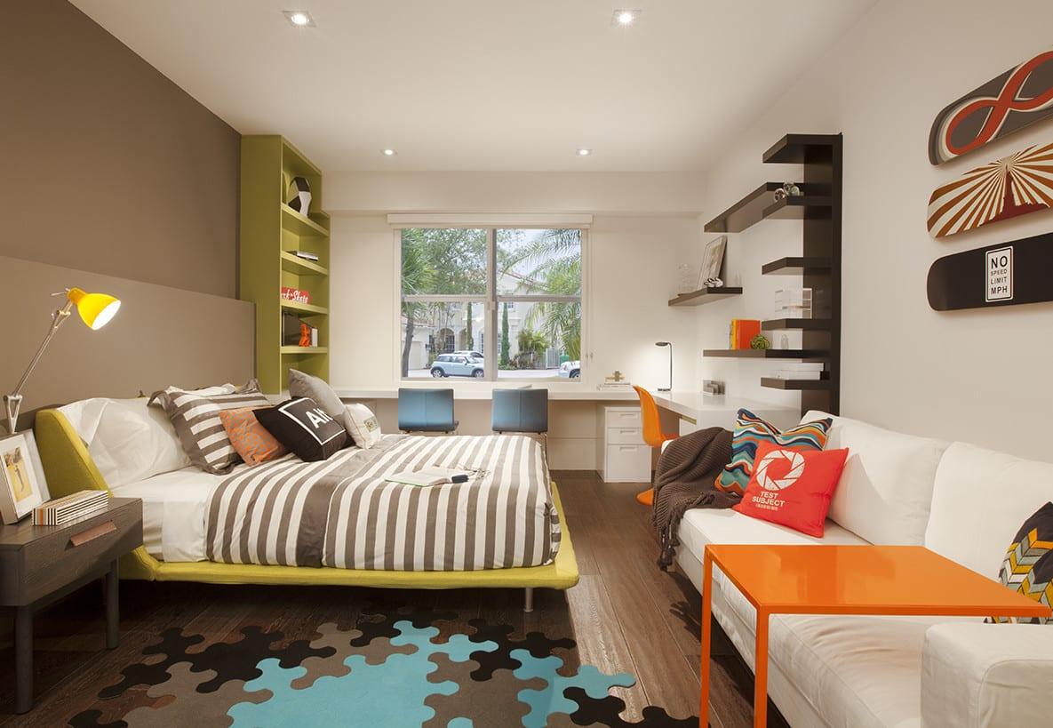 kinderzimmergestaltung mit wandfarbe braun und jugendzimmer einrichten mit regalen in grün und schwarz und kinderzimmer teppich