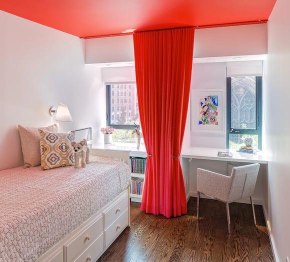 jugendzimmer weiß mit schreibtisch und Bett mit schubladen im weiß_kreative teenager zimmer