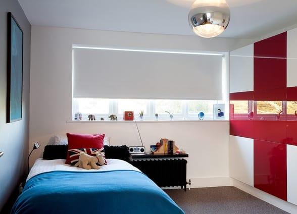 moderne Kinderzimmergestaltung für kleines kinderzimmer mit panoramafenster und farbgestaltung kinderzimmer in weiß, schwarz und rot