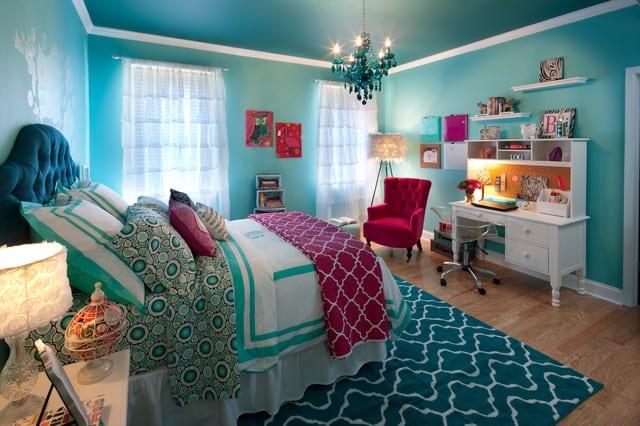 kinderzimmergestaltung mit wandfarbe blau und Quin-Size Bett blau_teenager zimmer mit blauen wänden und polstersessel pink