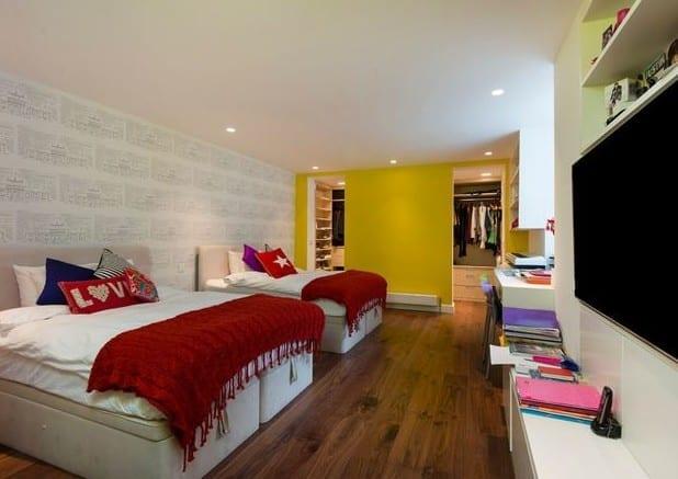 wandgestaltung kinderzimmer mit wandfarbe gelb und coole jugendzimmer einrichtungsidee mit ankleideraum und tv-Wandpaneel weiß