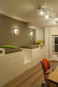 coole zimmer ideen f r jugendliche mit zwei hochbetten wei und wandfarbe grau freshouse. Black Bedroom Furniture Sets. Home Design Ideas