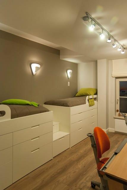 jugendzimmer weiß mit kinderzimmer wandfarbe grau und weiße Hochbetten mit schubladen und bettwäsche grau