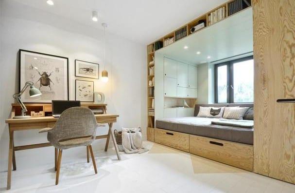 Kleines Kinderzimmer Gemütlich Einrichten Mit Schreibtisch Holz Und  Wandregalsystem Mit Eingebautem Sofa Bett Als Platzsparendes