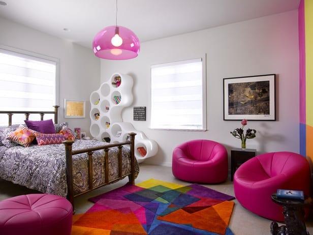 leder-puffs in pink und designer-regal in weiß für moderne kinderzimmergestaltung und jugendzimmer mädchen mit pendellampe pink und teppich bunt