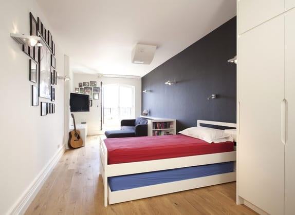 teenager zimmer mit akzentwand in schwarz und coole idee für kleine kinderzimmer mit sofa und bett auf rollen