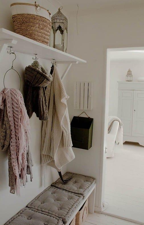 eingangsbereich gestalten in weiß und klug einrichten mit Wandregal und Sitzbank aus Holz in weiß