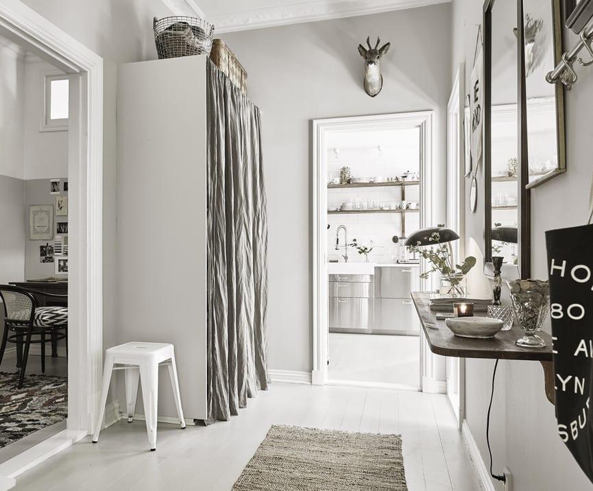 eingangsbereich gestalten mit holzboden weiß und kleiderschrank weiß mit gardine grau und wandregal holz