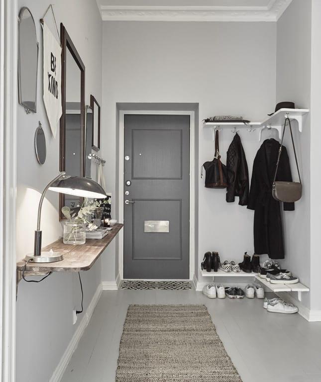 der kleine eingangsbereich klug einrichten mit weißen eck-regalen aus holz und Wandregal aus Holz mit Spiegel