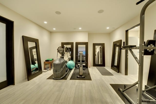 einrichtungsideen für fitness gym zu hause in weiß mit spiegeln in schwarzen rahmen