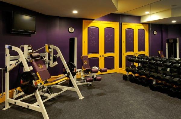 farbgestaltung fitnessraum zuhause in lila und gelb